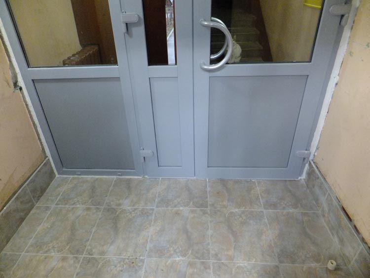Установка металлопластиковых дверей в тамбуре многоэтажного .